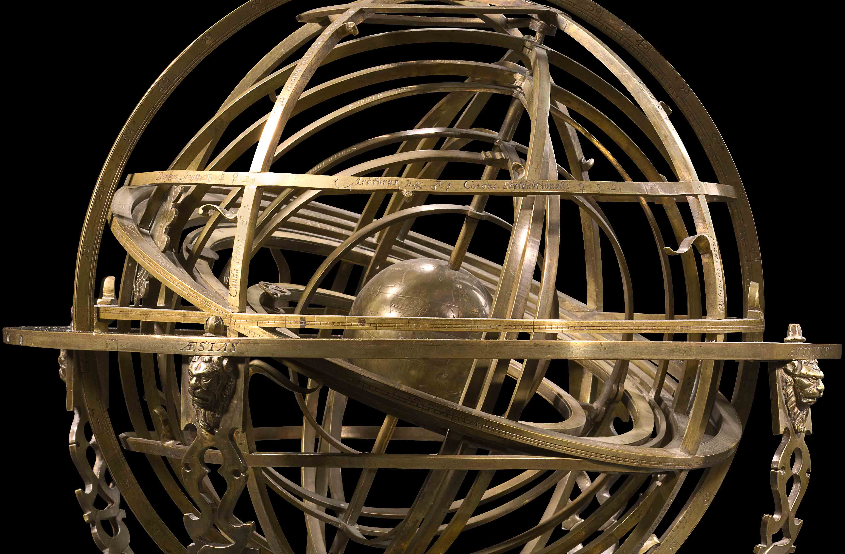 Een erg complex model van het hemel, uitgevoerd in messing. Centraal de aarde, daarrond vele ringen die de beweging van maan, zon en sterren voorstellen.