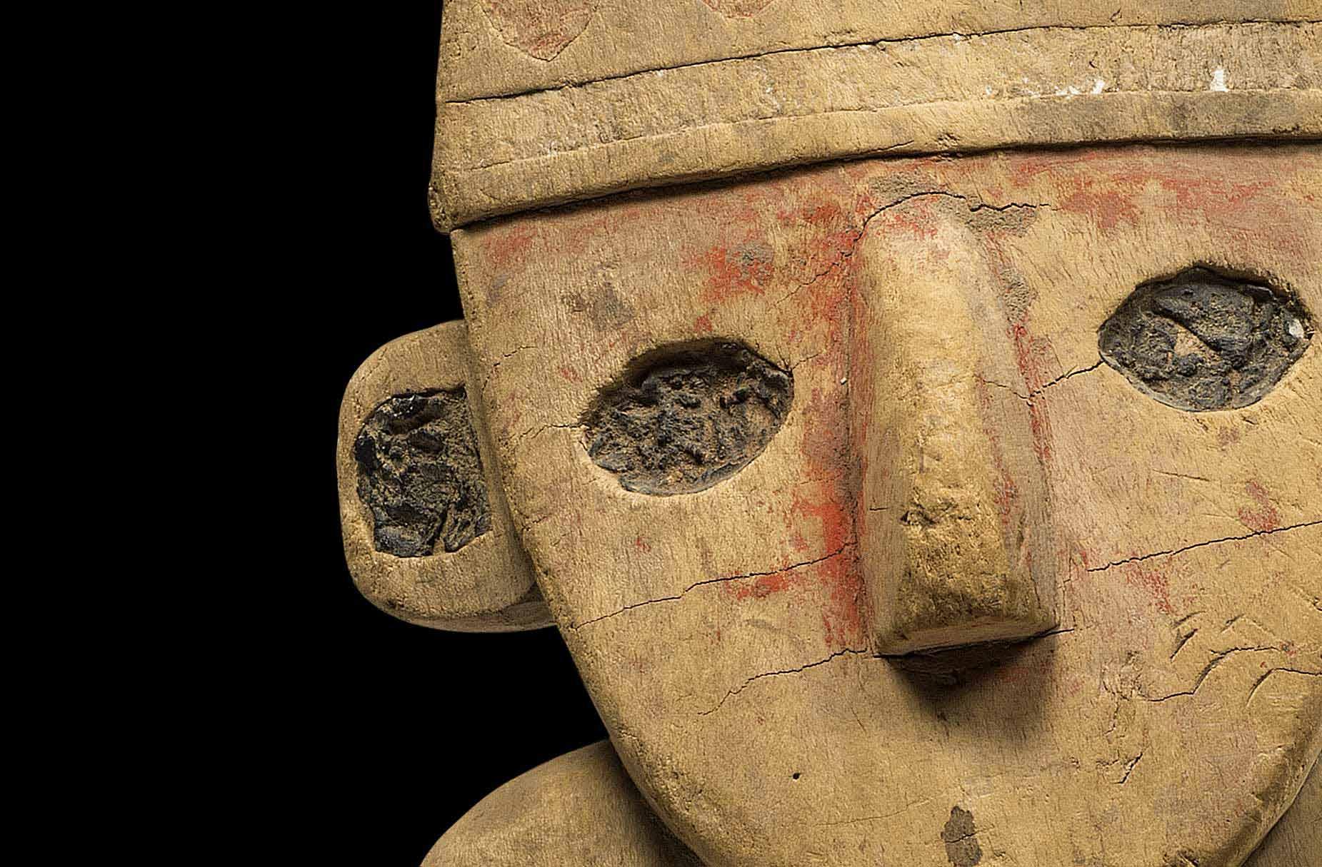 Een houten beeldje waarvan de rechtervoet en rechterhand ontbreken. De ogen, oren en nagels van handen en voeten zijn zwart geschilderd