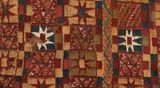 Een Incatuniek in precolumbiaanse stijl. Versierd met achtpuntige sterren en stroken met vierkante of rechthoekige symbolen.